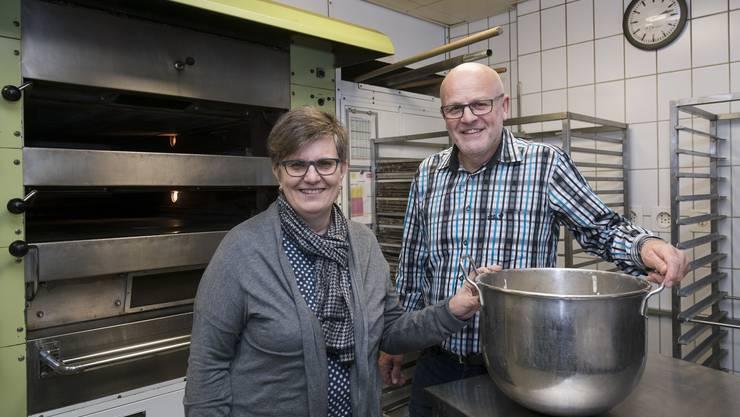 Marlies und Erich Dubach vor dem Ofen, in dem bald Hunderte Königskuchen gebacken werden.