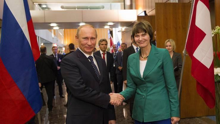 Alt Bundesrätin Calmy-Rey 2011 mit Wladimir Putin in Genf.KEY