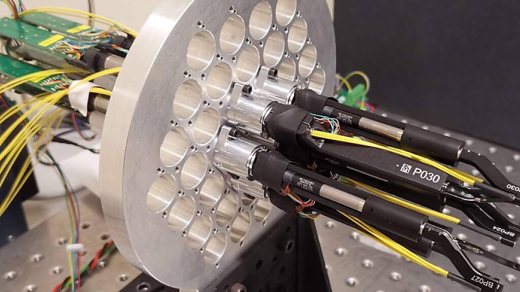 Einige Mikroroboter in der Herstellung. Die Winzlinge werden eingesetzt, um die Einstellung von Weltraumteleskopen zu automatisieren. Dadurch erhöht sich die Menge an astrophysikalischen Daten «sprunghaft», meldet die Lausanner EPFL, welche die Mini-Geräte entwickelt hat (© 2021 EPFL)