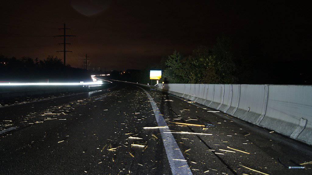 Es blieb nur Kleinholz übrig: Auf der Autobahn A14 zwischen Zug und Luzern verlor ein Lenker mehrere Festbänke.