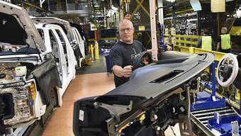Ein Auto wird in einer Ford-Fabrik in den USA zusammengebaut. Nach Kritik des künftigen US-Präsidenten Donald Trump bläst Ford seine Pläne für eine Milliarden-Investition in Mexiko ab und will stattdessen im US-Bundesstaat Michigan investieren. (Archiv)