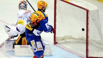 Luca Cunti bezwingt EVZ-Keeper Kilpelainen zum 2:0 für die Lions.