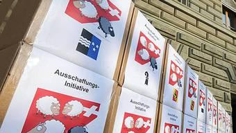 Schachteln gefüllt mit Unterschriftensammlungen bei der Bundeskanzlei (Archiv)