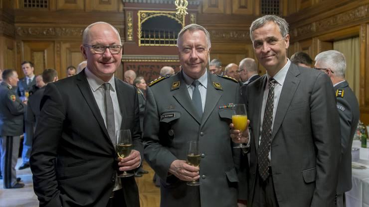 Von links nach rechts: Isaak Reber, Militärdirektor Basel Landschaft, der Chef der Armee Andre Blattmann und der Basler Regierungspräsident Guy Morin beim Apero im Basler Rathaus.