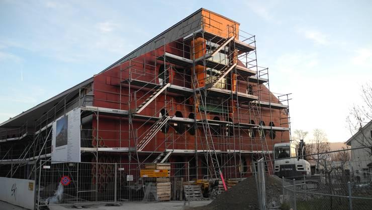 Alles neu in Unterengstringen: Neben der neuen Gemeindeordnung nimmt auch das neue Gemeindehaus Form an. Mittlerweile wird auch die Fassadenverkleidung mit dem Gemeindewappen aufgezogen (siehe unten links).