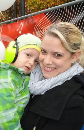 Delia Vonach und Jamie (3) ausAarwangen geniessen das Treiben.