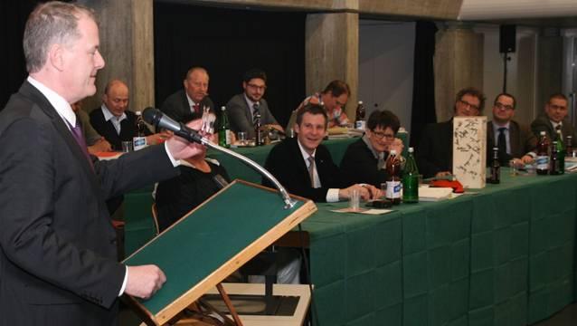 Stephan Attiger tritt für seine Abschiedsworte ans Rednerpult.