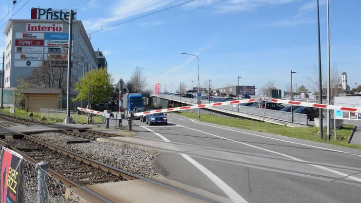 Täglich wälzen sich 24'000 Fahrzeuge durchs Dorf, verteilen sich in Richtung Aarau und die beiden Autobahnanschlüsse.
