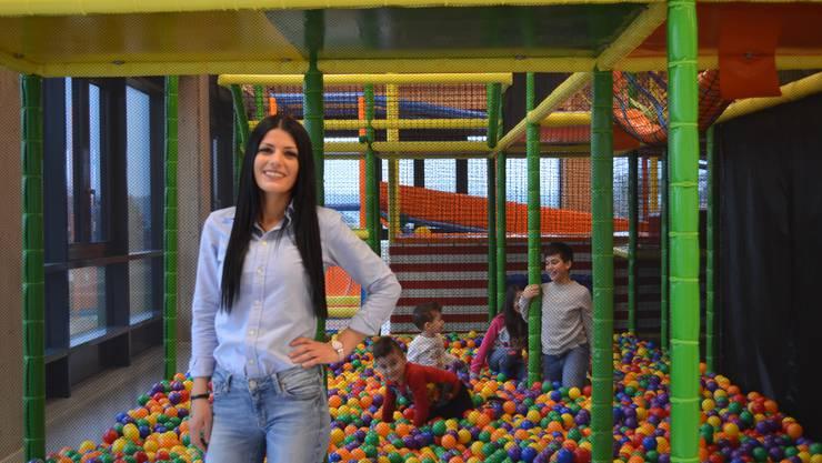 Meltem Cakir, Co-Geschäftsleiterin von Kinderwelt, freut sich über die zufriedenen Kinder.