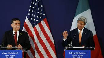Libyens Ministerpräsident Sarradsch und US-Aussenminister Kerry vor den Medien in Wien.