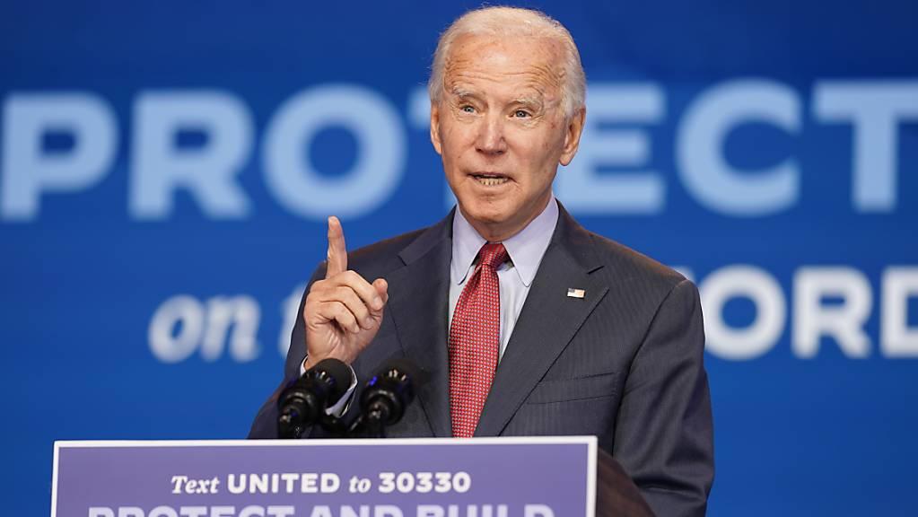 Joe Biden, demokratischer Präsidentschaftskandidat und ehemaliger US-Vizepräsident, nimmt im Queen-Theater an einer Online-Veranstaltung des öffentliches Gesundheitswesens teil. Foto: Andrew Harnik/AP/dpa