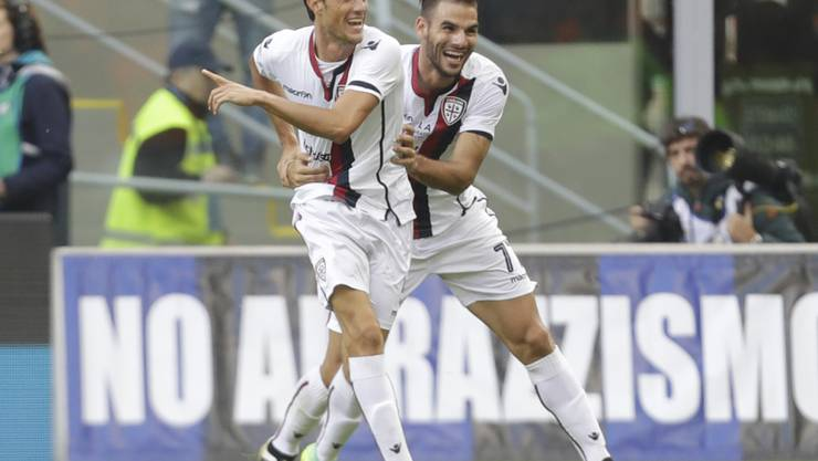 Cagliaris Federico Melchiorri (links) jubelt nach seinem Ausgleichstreffer in Mailand