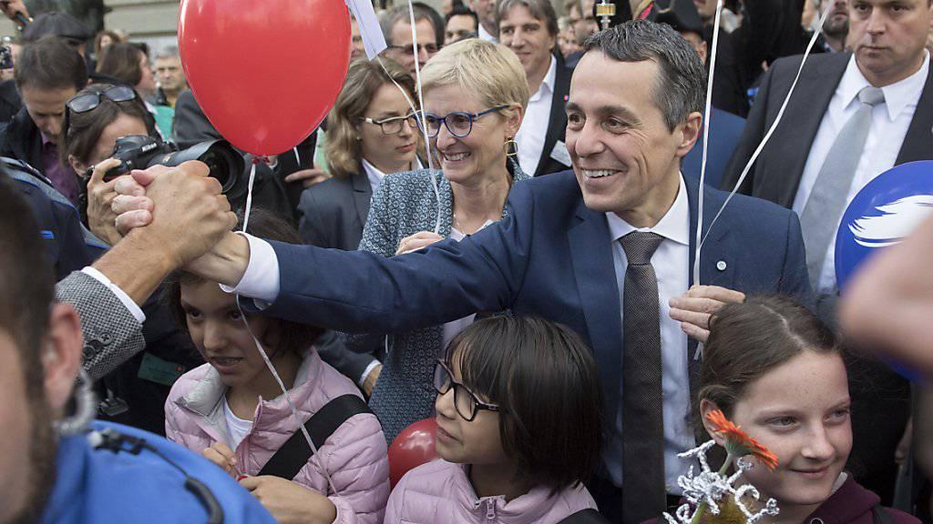 Der frisch gewählte Bundesrat Ignazio Cassis (Mitte) und seine Frau Paola Rodona Cassis lassen sich auf dem Bundesplatz feiern.