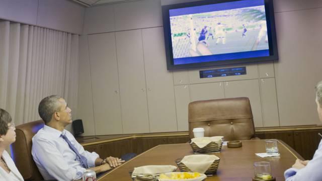 Präsident Obama schaut mit zwei Beratern Fussball