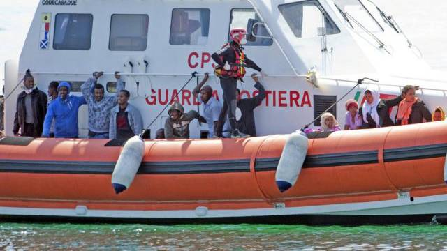 Bootsflüchtlinge auf einem Schiff der Küstenwache vor Lampedusa