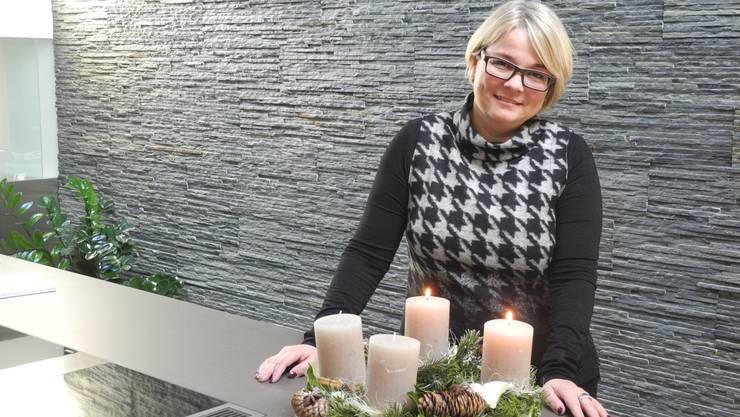 Vorfreude auf Weihnachten: Franziska Bircher mit Adventskranz in «ihrer» Küchenausstellung in Wittnau. mf