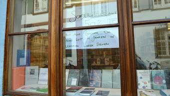 Das «Sonderverkauf»-Schild im Schaufenster des «Labyrinth» wird wohl bald einem «Liquidations»-Schild weichen. Nicole Nars-Zimmer