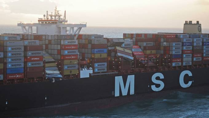 Frachter verliert 270 Container