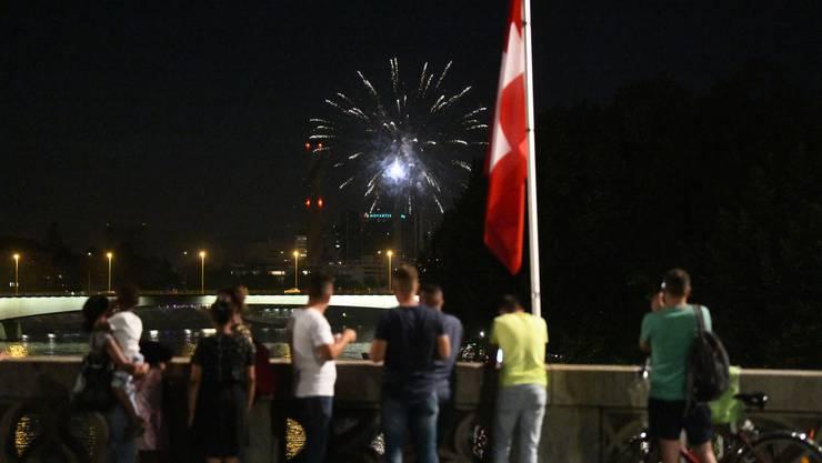In diesem Jahr mussten es Private richten: Passanten auf der Mittleren Brücke geniessen ein spontanes Feuerwerk.