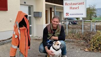 Nach ihr wird das Restaurant benannt: Kevin Rünzi mit seiner English-Bulldog-Hündin Chevy.