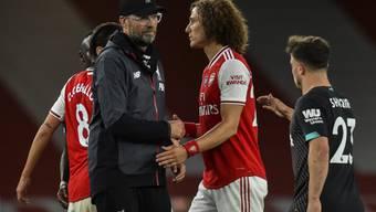 Liverpools Trainer Jürgen Klopp zeigt sich nach Spielschluss freundlich. Hier mit Arsenals David Luiz
