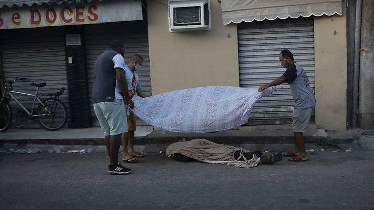 In Brasilien nimmt die Zahl der Toten im Zusammenhang mit dem Coronavirus rasant zu. (Archivbild)