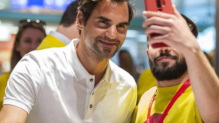 Roger Federer - hier mit einem Fan - sorgte mit seinem Auftritt in Melbourne für ein positives Image der Schweiz im Ausland. (Archivbild)