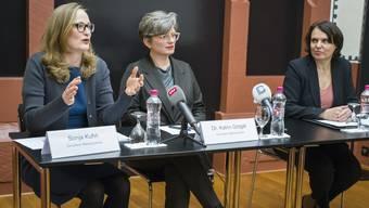 Sonja Kuhn(l.) und Katrin Grögel(Mitte) sind die neuen Leiterinnen der Abteilung Kultur. Die Basler Regierungspräsidentin Elisabeth Ackermann(r.) hat am Mittwoch die Nachfolge von Philippe Bischof vorgestellt.