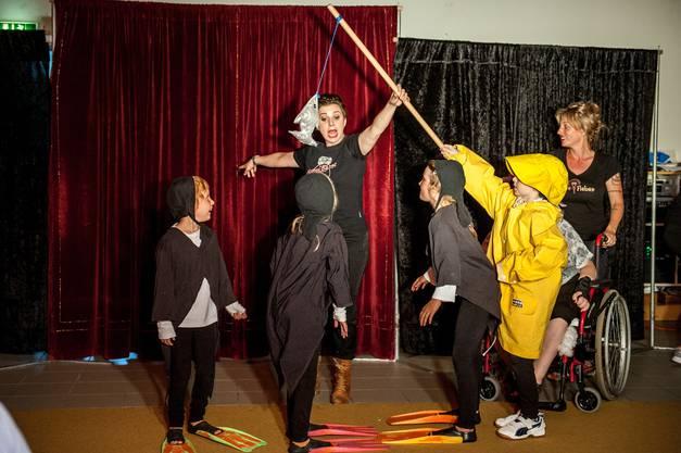 Auch als Pinguine machen die Teilnehmerinnen der Zirkuswoche eine gute Figur.