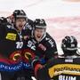 Tristan Scherwey, Gaetan Haas und Eric Blum (von links) feiern das 2:0
