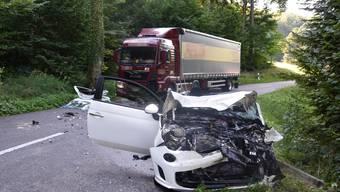 Durch den Zusammenprall wurde die Autofahrerin in ihrem Fahrzeug eingeklemmt.