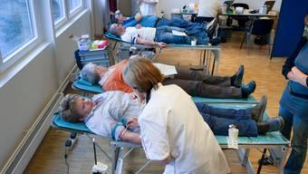 Blutspender in einem Zentrum des Roten Kreuzes in Bern (Symbobild)