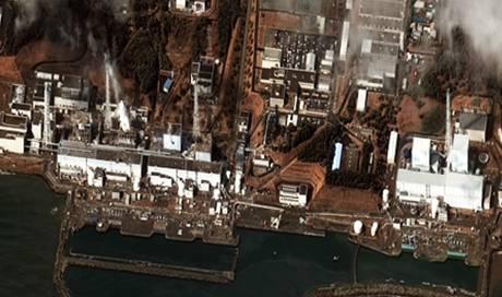 Links von rechts nach links die Reaktoren 1 bis 4, rechts von links nach rechts die Reaktoren 5 und 6 (Satellitenbild vom 16. März: DigitalGlobe)
