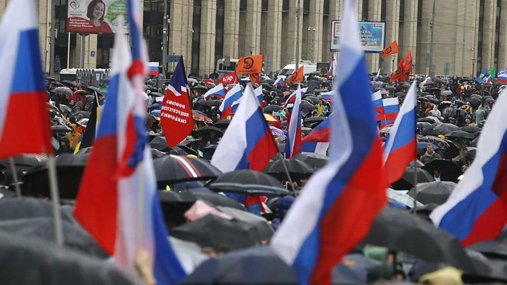 In Moskau trotzen tausende Menschen dem Regen und demonstrieren gegen Polizeigewalt und für faire und freie Wahlen.