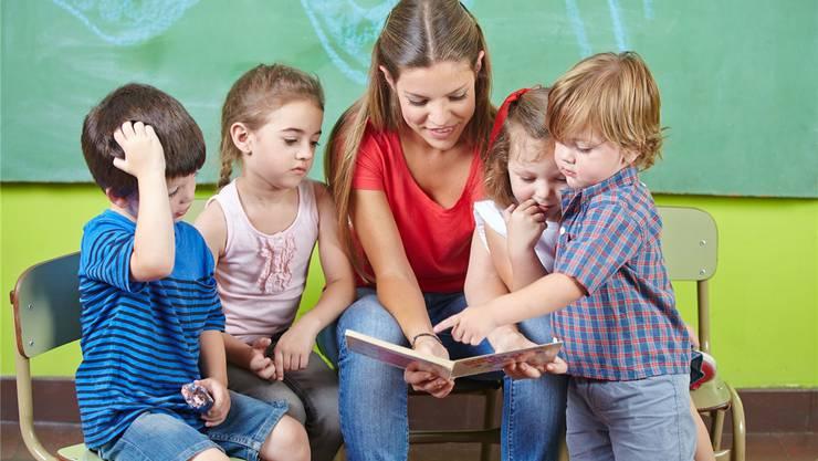 Kindergärtnerinnen und Kindergärtner erhalten auch in Zukunft nicht mehr Lohn. Fotolia