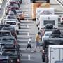 Wer den stehenden Autokolonnen an Ostern aus dem Weg gehen will, startet seine Reise in den Süden am besten bereits am Mittwoch. (Archiv)