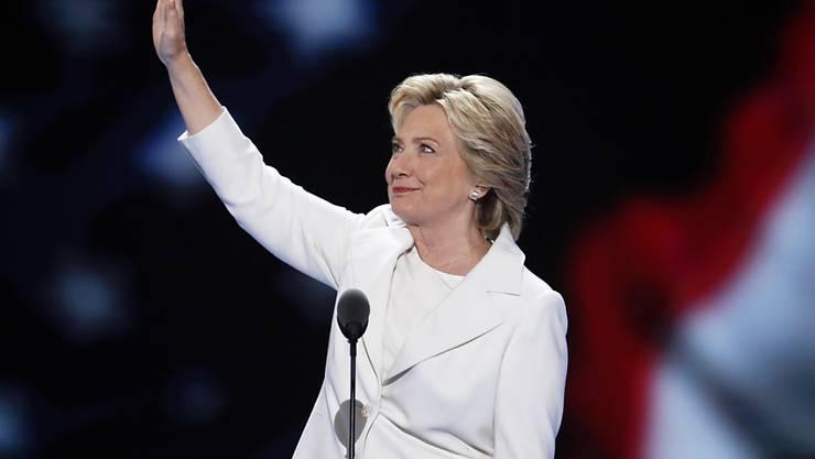 Hillary Clinton winkt den Delegierten auf dem Parteitag der US-Demokraten in Philadelphia: Sie hat soeben als erste Frau die Nomination als US-Präsidentschaftskandidatin einer grossen Partei angenommen.