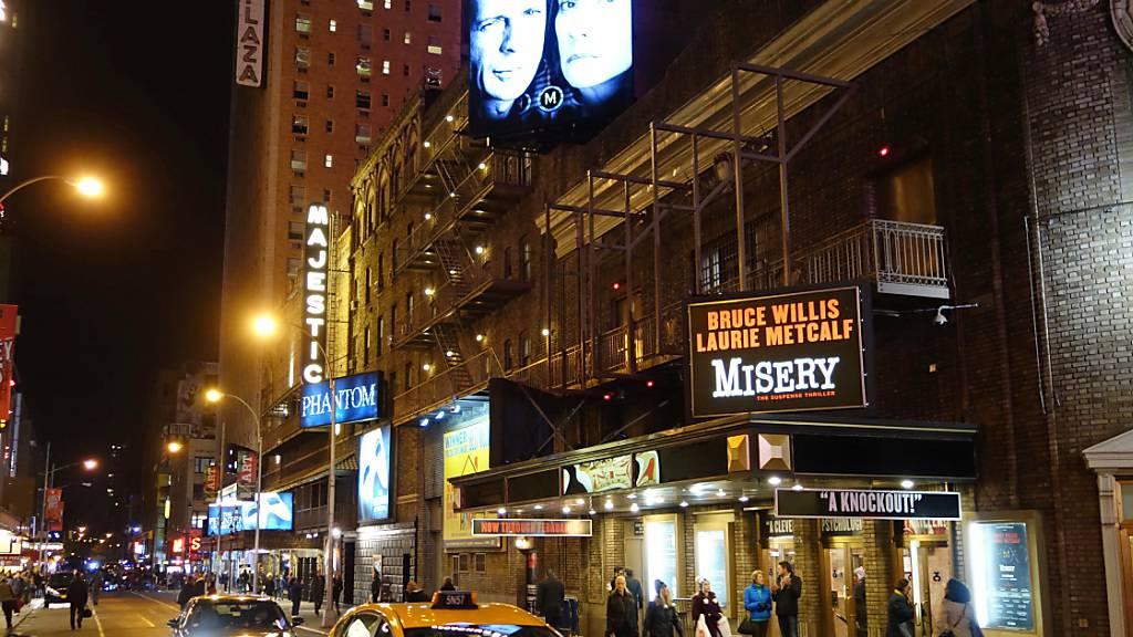 ARCHIV - Abendszene am New Yorker Broadway mit Blick auf das Broadhurst Theatre. Foto: Christian Fahrenbach/dpa