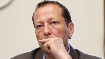 Hardy Jäggi, SP Recherswil, gibt sein Amt an Christian Müller weiter.