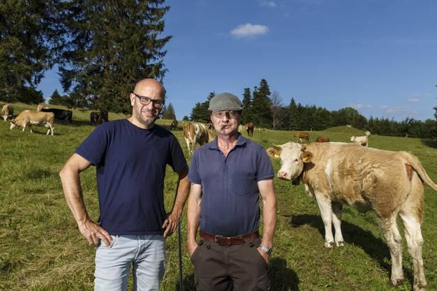 Der Hirte Paul Ackermann (l.) und Reinhard Studer von der Allmendkommission inmitten der 154 Tiere.