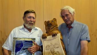 Der Weininger Gemeindepräsident Haug erhielt zum Abschied eine Wappenscheibe, auf der auch die künftige Gubrist-Portalüberdeckung abgebildet ist. Finanzvorstand Rolf Bärenbold erhielt einen (sehr schweren) Holzbär, der das Weininger Wappen trägt.deg