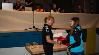 Die RTVTG Präsidentin gratuliert Sara Barrer (TV Wolfwil) zum 1. Rang am Kantonalturnfest 2018 im Einzelgeräteturnen K6