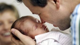 Väter erhalten in der Schweiz weiterhin keinen bezahlten Urlaub nach der Geburt eines Kindes. (Symbolbild)