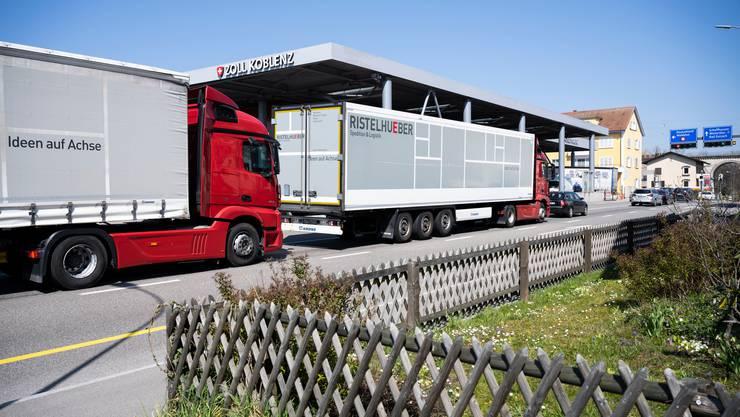 Lastwagen und Sattelschlepper, die versorgungsrelevante Güter transportieren, sind vom Sonntags- und Nachtfahrverbot weiterhin ausgenommen.