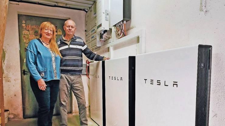Regula und Roland Lächler versorgen ihr Haus mit Energie aus Teslabatterien.