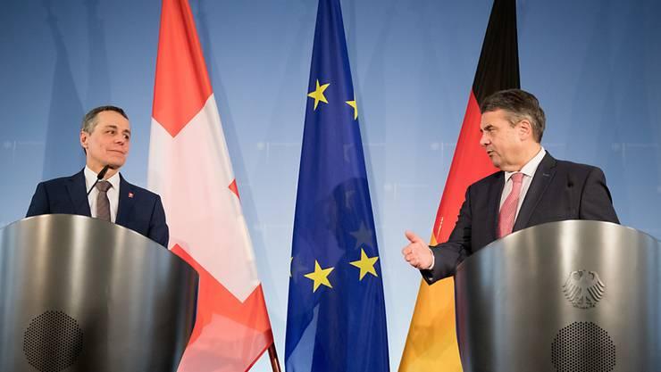Ignazio Cassis (l.) und Sigmar Gabriel am Donnerstag in Berlin bei einer Medienkonferenz nach ihrem Treffen.