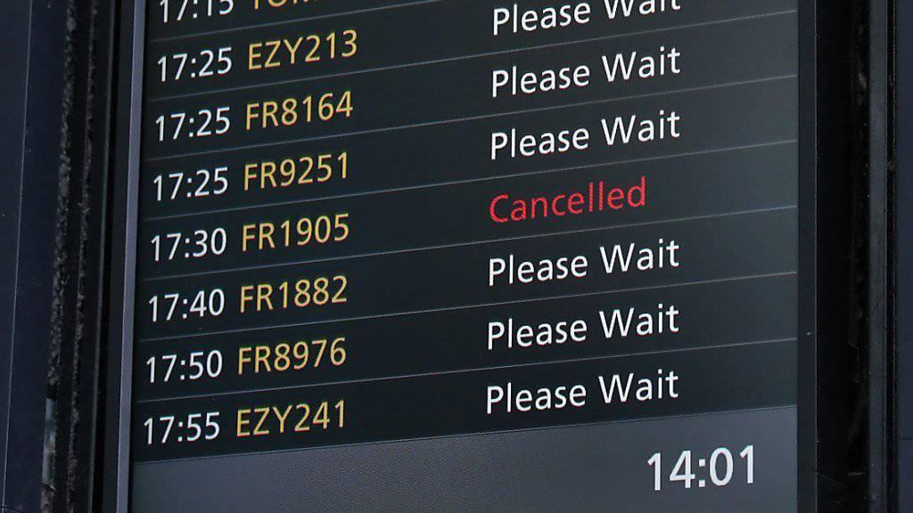 Der irische Billigflieger Ryanair kämpft derzeit mit erheblichen Planungsschwierigkeiten und einem Mangel an Reservepiloten. Als Folge müssen nun auch im Winterflugplan Flüge gestrichen werden. (Archiv)