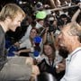 Der Sieger Francis Joyon (rechts) und François Gabart geniessen nach der Abgeschiedenheit das Rampenlicht.