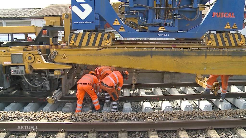 Schweisstreibende Arbeit: Zwischen Solothurn und Bellach werden Bahngleise ersetzt