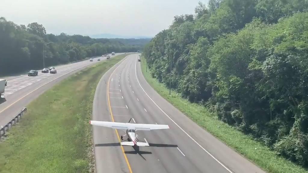 Flugzeug funktioniert Autobahn zur Startpiste um